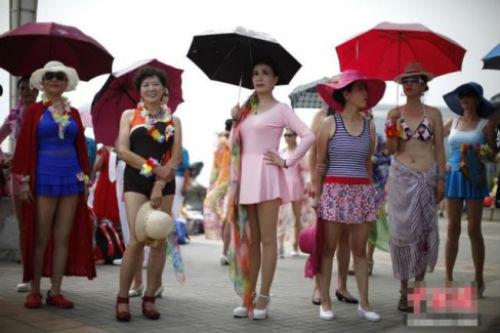 TQ: Hàng trăm cụ bà trình diễn bikini - 2