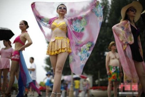 TQ: Hàng trăm cụ bà trình diễn bikini - 4