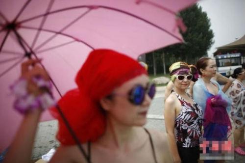 TQ: Hàng trăm cụ bà trình diễn bikini - 5