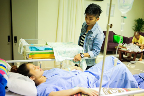 Những ông chồng sao Việt đảm đang chăm vợ con - 1