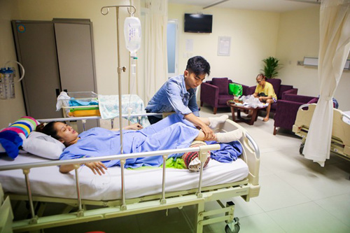 Những ông chồng sao Việt đảm đang chăm vợ con - 3