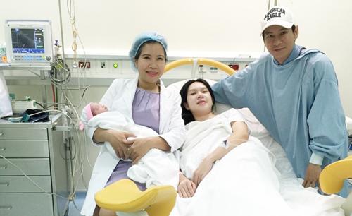 Những ông chồng sao Việt đảm đang chăm vợ con - 4