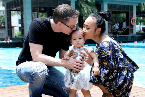 Những ông chồng sao Việt đảm đang chăm vợ con - 8