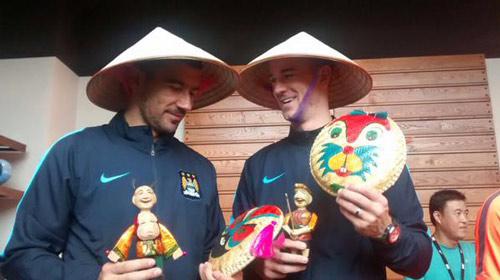 Man City ở VN: Joe Hart sung sướng đội nón lá - 8
