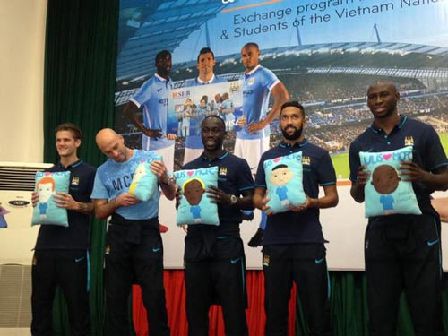 Man City ở VN: Joe Hart sung sướng đội nón lá - 1