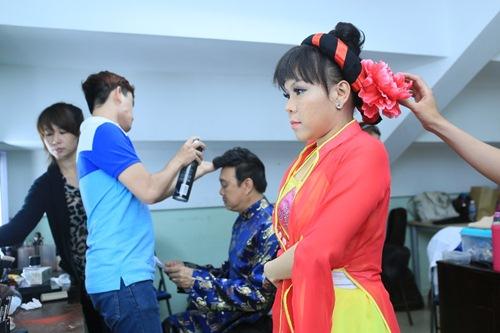 """Việt Hương mặc áo tứ thân, """"lạy sống"""" Trấn Thành - 6"""