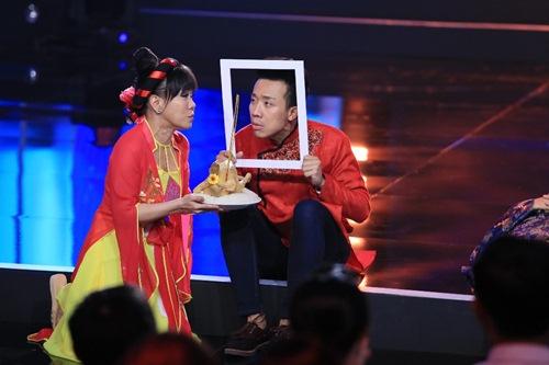 """Việt Hương mặc áo tứ thân, """"lạy sống"""" Trấn Thành - 3"""