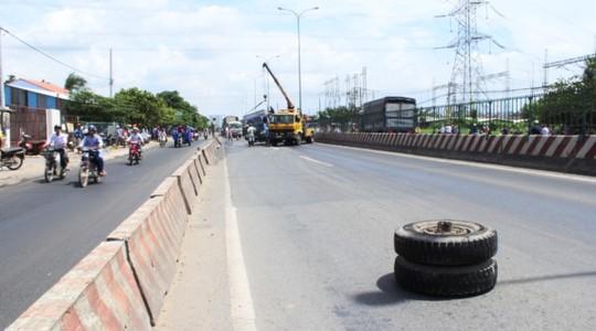 Gãy trục, bánh xe tải lăn 100 m trên Quốc lộ 1 - 2