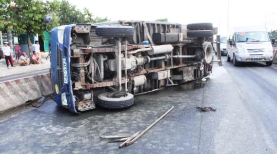Gãy trục, bánh xe tải lăn 100 m trên Quốc lộ 1 - 3