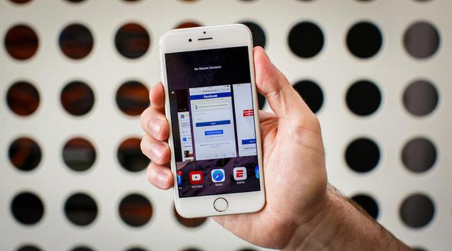 Ở chế độ xem lại các màn hình ứng dụng đang mở, bạn không chỉ có thể tắt một ứng dụng bằng cách vuốt lên mà còn có thể vuốt 3 ngón tay để tắt 3 ứng dụng cùng lúc.