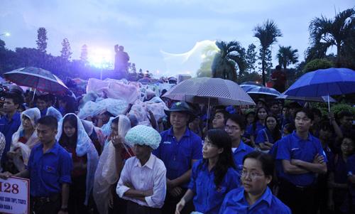 Ảnh: Hàng ngàn mộ liệt sỹ lung linh ánh nến dưới mưa - 3