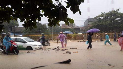 Hình ảnh CSGT dầm mưa phân luồng chống ùn tắc - 1