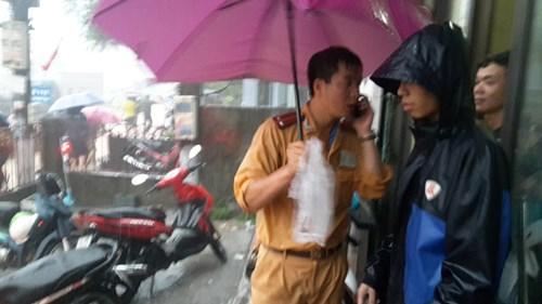 Hình ảnh CSGT dầm mưa phân luồng chống ùn tắc - 3