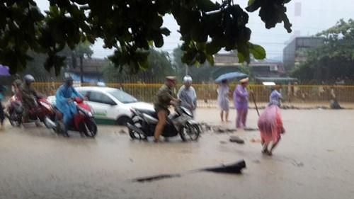 Hình ảnh CSGT dầm mưa phân luồng chống ùn tắc - 4