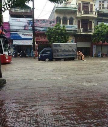 Hình ảnh CSGT dầm mưa phân luồng chống ùn tắc - 5