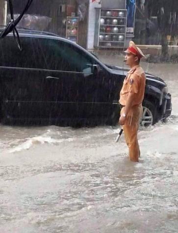 Hình ảnh CSGT dầm mưa phân luồng chống ùn tắc - 7