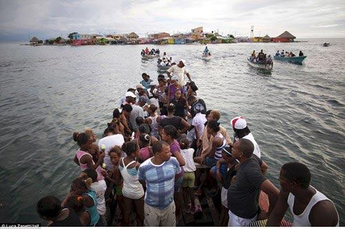Ngàn người chen chúc trên hòn đảo chật nhất thế giới - 5