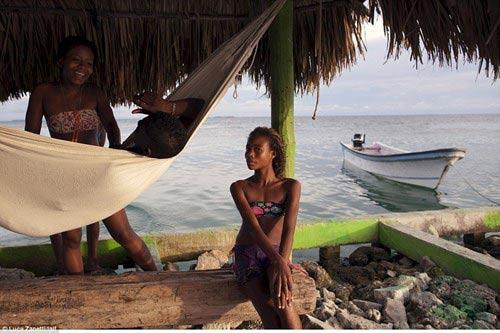 Ngàn người chen chúc trên hòn đảo chật nhất thế giới - 6