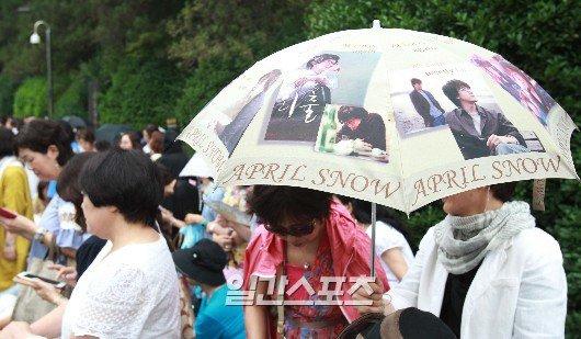 Cụ bà ngồi xe lăn chờ đám cưới Bae Yong Joon - 2
