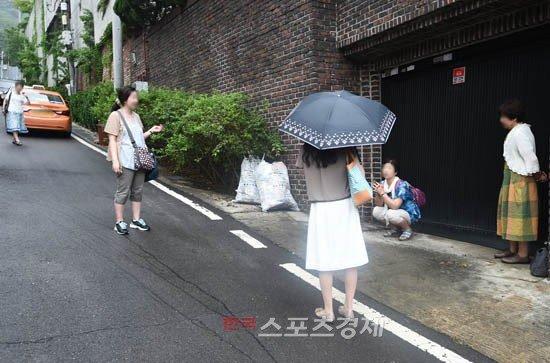 Cụ bà ngồi xe lăn chờ đám cưới Bae Yong Joon - 7