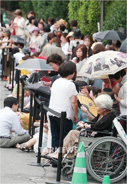 Cụ bà ngồi xe lăn chờ đám cưới Bae Yong Joon - 3