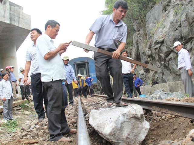 Vụ đá rơi làm tàu trật bánh: Yêu cầu bồi thường gần 2 tỷ đồng - 3