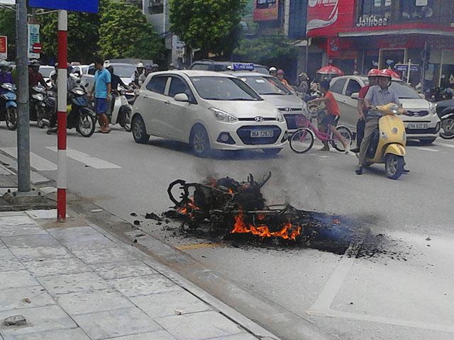 Đang lưu thông, xe máy bốc cháy giữa đường
