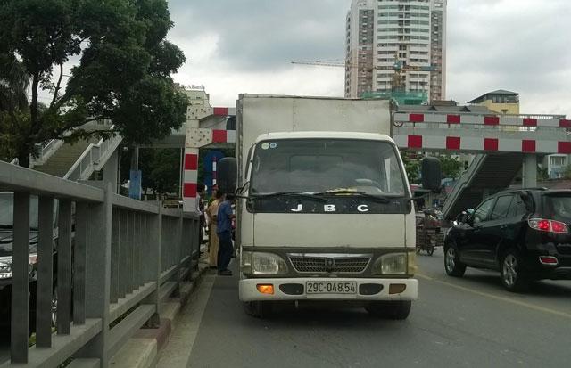 HN: Thùng xe tải dính chặt thanh sắt cầu vượt Láng Hạ - 2