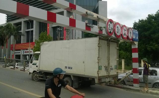 HN: Thùng xe tải dính chặt thanh sắt cầu vượt Láng Hạ - 3