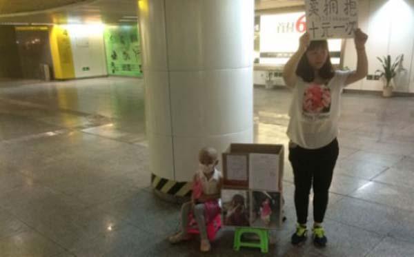 Người mẹ trẻ rao bán những cái ôm để cứu con gái - 1