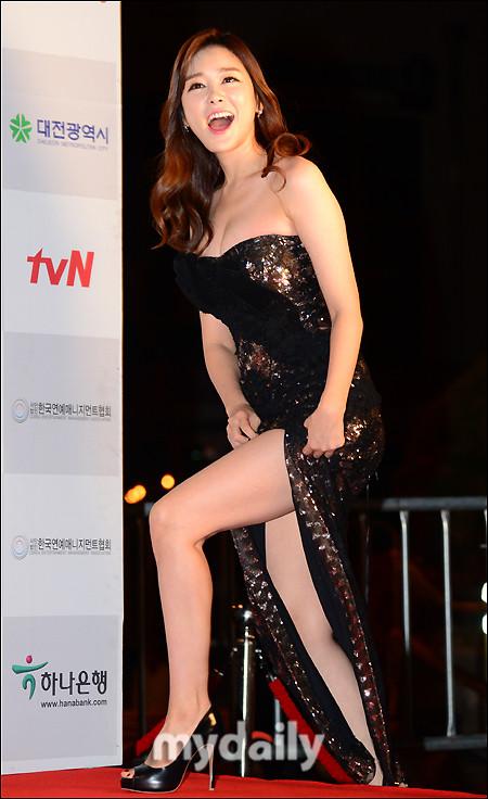 Nữ MC Hàn Quốc nổi tiếng nhờ thân hình bốc lửa - 11