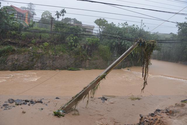 Mưa lớn trút xuống Quảng Ninh gây sạt đồi, gãy cầu - 8