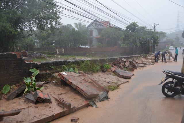 Mưa lớn trút xuống Quảng Ninh gây sạt đồi, gãy cầu - 10