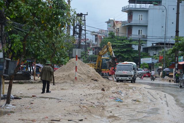 Mưa lớn trút xuống Quảng Ninh gây sạt đồi, gãy cầu - 12