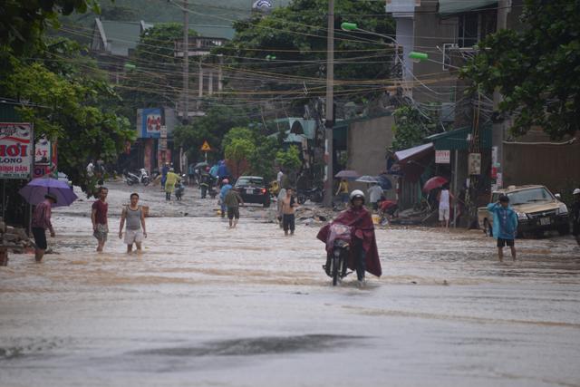Mưa lớn trút xuống Quảng Ninh gây sạt đồi, gãy cầu - 15