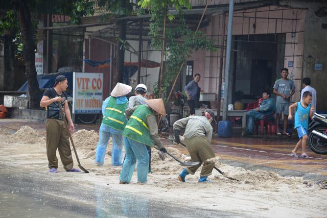 Mưa lớn trút xuống Quảng Ninh gây sạt đồi, gãy cầu - 13
