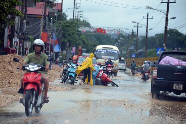 Mưa lớn trút xuống Quảng Ninh gây sạt đồi, gãy cầu - 14