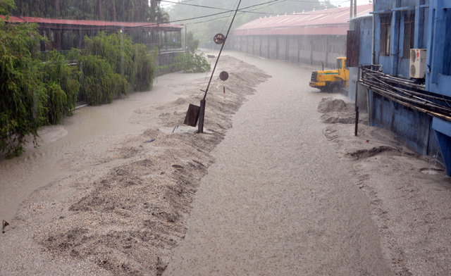 Mưa lớn trút xuống Quảng Ninh gây sạt đồi, gãy cầu - 1