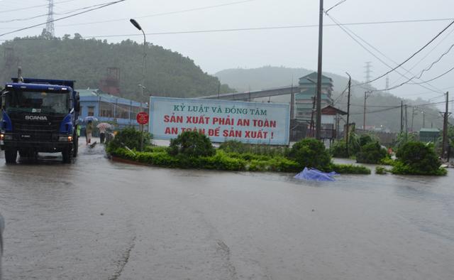 Mưa lớn trút xuống Quảng Ninh gây sạt đồi, gãy cầu - 2
