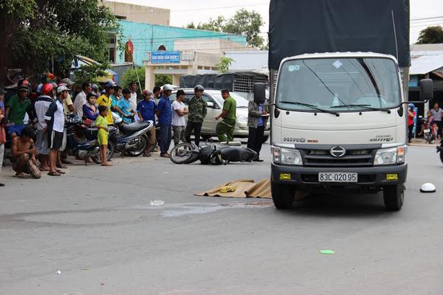 Bị xe tải cuốn vào gầm, 1 phụ nữ chết thảm - 1