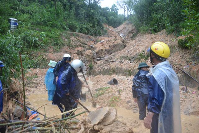 Bới tung hàng ngàn khối đất đá tìm nạn nhân bị vùi lấp ở Quảng Ninh - 3
