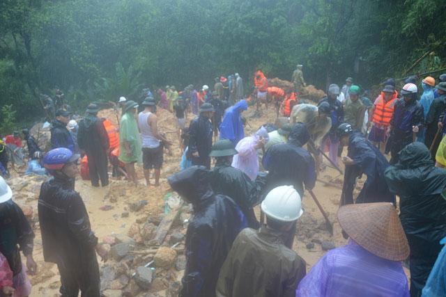 Bới tung hàng ngàn khối đất đá tìm nạn nhân bị vùi lấp ở Quảng Ninh - 5