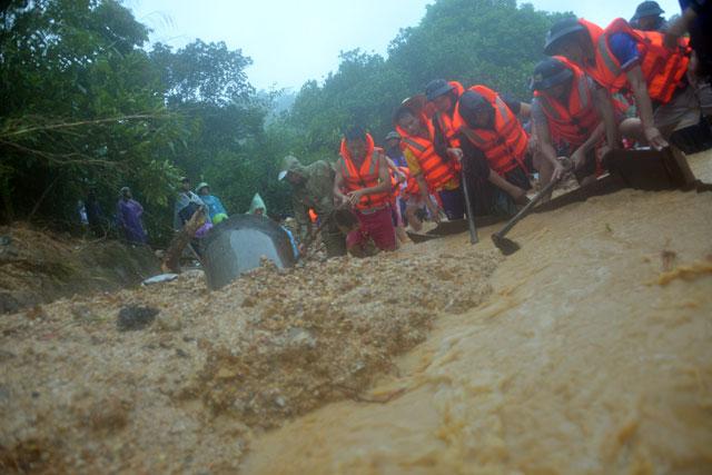 Bới tung hàng ngàn khối đất đá tìm nạn nhân bị vùi lấp ở Quảng Ninh - 6