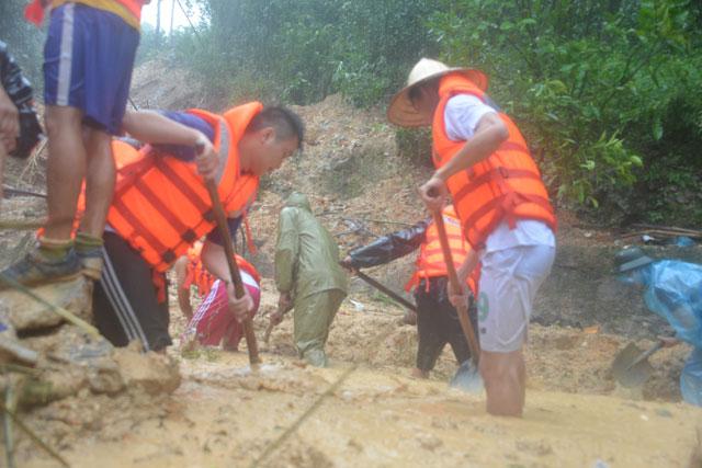 Bới tung hàng ngàn khối đất đá tìm nạn nhân bị vùi lấp ở Quảng Ninh - 7