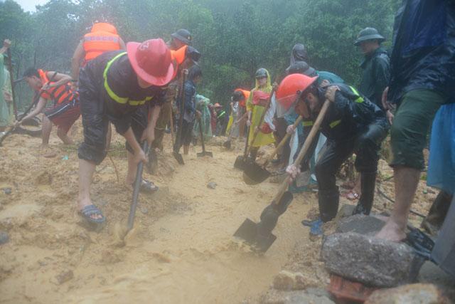 Bới tung hàng ngàn khối đất đá tìm nạn nhân bị vùi lấp ở Quảng Ninh - 8