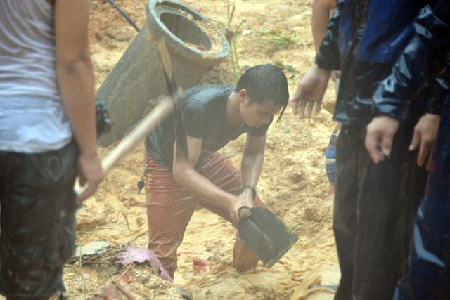 Bới tung hàng ngàn khối đất đá tìm nạn nhân bị vùi lấp ở Quảng Ninh - 9