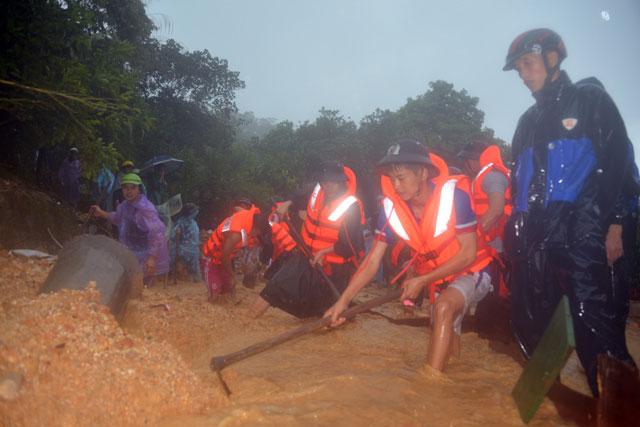 Bới tung hàng ngàn khối đất đá tìm nạn nhân bị vùi lấp ở Quảng Ninh - 10