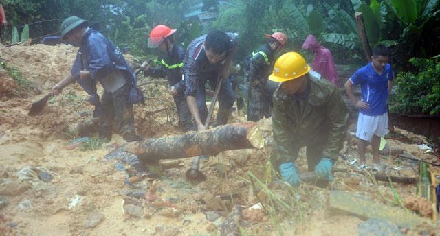 Bới tung hàng ngàn khối đất đá tìm nạn nhân bị vùi lấp ở Quảng Ninh - 11