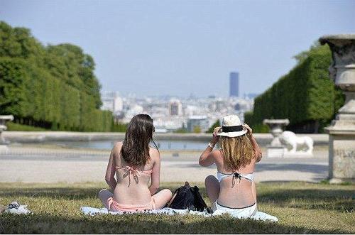 Thiếu nữ Pháp bị hành hung vì mặc bikini tắm nắng - 1