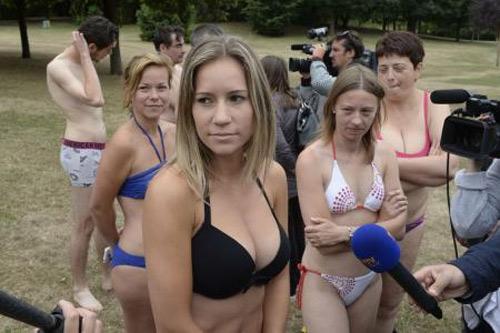 Thiếu nữ Pháp bị hành hung vì mặc bikini tắm nắng - 2